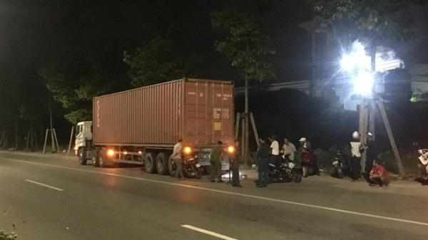 Mải dùng điện thoại khi đi xe máy, nam thanh niên miền Tây tông đuôi xe container ng.uy kịch