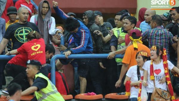 Nhìn lại đêm k.inh hoàng: CĐV Malaysia đánh CĐV Việt Nam đổ m.áu ở AFF Cup 2014
