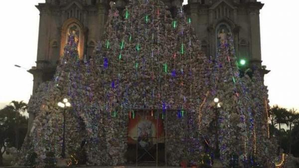 C.háy dữ dội hang đá chuẩn bị đêm Noel cao gần 20 mét trước cửa nhà thờ