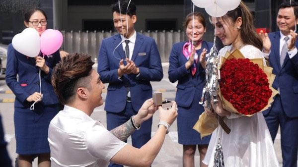 'Ông hoàng youtube' Lâm Chấn Khang cầu hôn bạn gái lâu năm bằng siêu xe