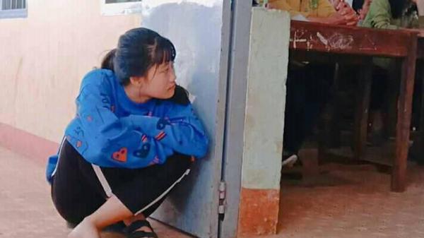 Vừa thương vừa buồn cười: Mẹ họp phụ huynh, con gái ngồi bệt ngoài đất, lén nhìn vào lớp đấy lo lắng, bất an