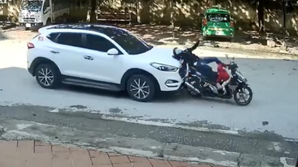 Đang dừng đèn đỏ, người mẹ chở con nhỏ bị ô tô phía sau bất ngờ ủi thẳng, ngã v.ăng xuống đường