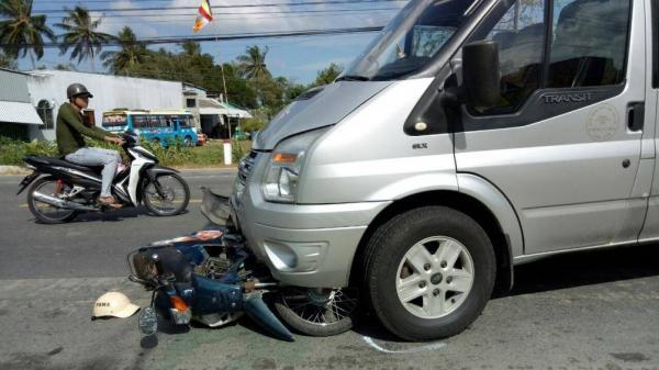 Sóc Trăng: Xe máy lọt gầm ô tô khách, người đàn ông thoát ch.ết trong gang tấc