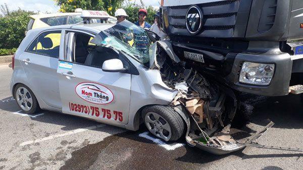 Miền Tây: Bị xe tải chạy ngược đường t.ông, tài xế taxi nhập viện cấp cứu