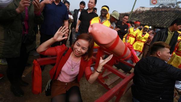 """Người dân chen chân chụp ảnh bên cạnh """"của quý khổng lồ"""" trong lễ hội độc nhất vô nhị ở Việt Nam"""