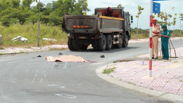 Lái xe tải quê Kiên Giang v.a chạm với xe máy, 1 người kẹt dưới gầm xe tải t.ử vong thương tâm