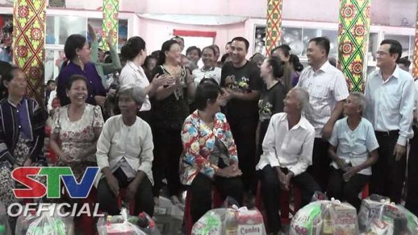 Sóc Trăng: Nghệ sĩ Quyền Linh trao quà và xe đạp tại huyện Châu Thành
