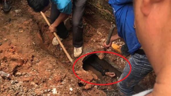 Thanh niên chui vào cống trốn nhưng bị mắc kẹt, người dân cầm búa đ.ập bê tông giải cứu