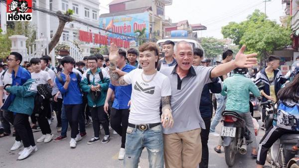 Khá Bảnh được nhiều học sinh vây quanh xin chụp ảnh như idol khi xuất hiện