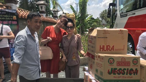 Phi Thanh Vân và Thúy Nga rủ nhau về Trà Vinh đi chùa làm từ thiện