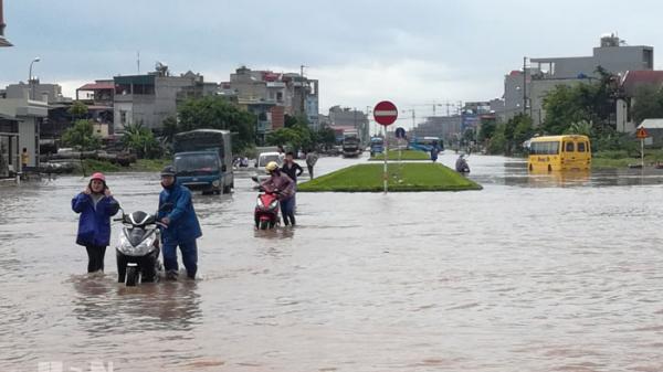 Sau gần 2 tiếng mưa to, nhiều tuyến đường ở TP Phủ Lý bỗng chốc...thành sông