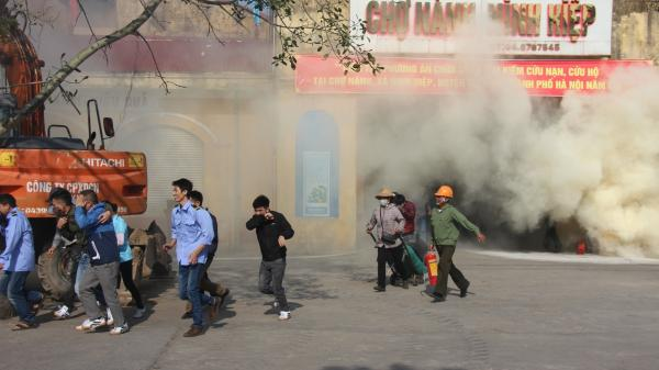 """""""Cháy"""" chợ Nành ở Ninh Hiệp, lính cứu hỏa giải cứu nhiều người mắc kẹt"""