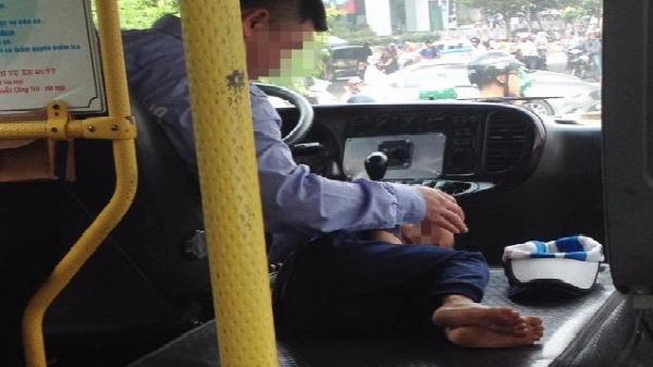 Hình ảnh đẹp: Cậu bé ngủ ngon lành trên xe bus, bên cạnh vô lăng của cha...