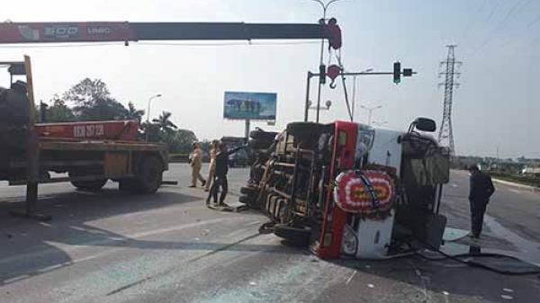 Xe khách chở 20 người đi đám tang gặp nạn giữa đường