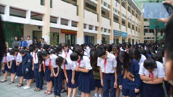 Hình ảnh xúc động: Hàng nghìn học sinh cúi đầu vĩnh biệt thầy hiệu trưởng đột ngột qua đời