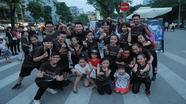 18 vũ công nhí gây náo loạn phố đi bộ Hà Nội