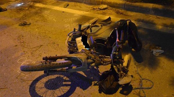 Nam công nhân tử vong bất thường bên xe máy bể nát, nhiều mảnh vỡ bắn tung toé khắp nơi