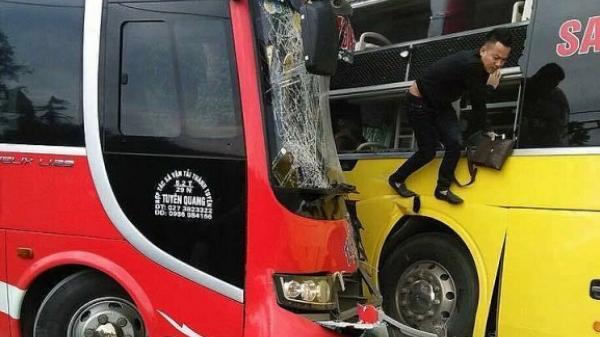 Hai xe khách đâm nhau nát đầu, hành khách hoảng loạn đập kính thoát thân