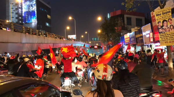 """Người dân cả nước đổ xô ra đường, hô vang """"Việt Nam"""" sau chiến thắng lịch sử của đội tuyển U23"""