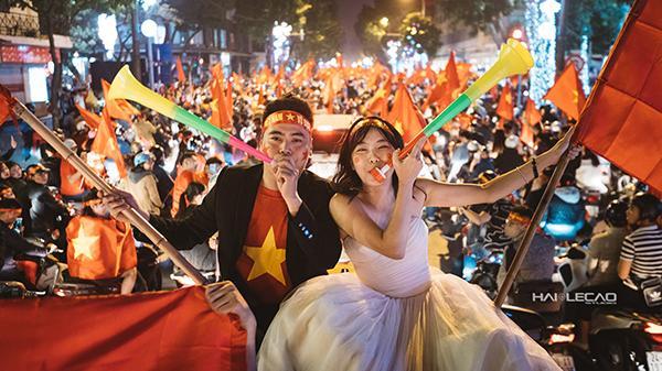 """Cặp đôi """"hot"""" nhất đêm qua đây rồi: Đi """"bão"""" ăn mừng U23 Việt Nam chiến thắng tranh thủ chụp ảnh cưới luôn"""