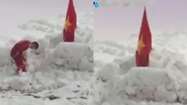 Tự hào lắm lá cờ đỏ sao vàng của Việt Nam được cắm dưới nền tuyết trắng trong trận chung kết