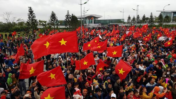 Cuộc tiếp đón chưa từng có: Cả Hà Nội nhuộm đỏ cờ chờ U23 Việt Nam trở về
