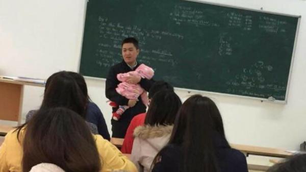 """Thầy giáo Hà Nội """"tận tâm nhất năm"""": Bế con cho sinh viên làm bài thi suốt 2 tiếng đồng hồ"""