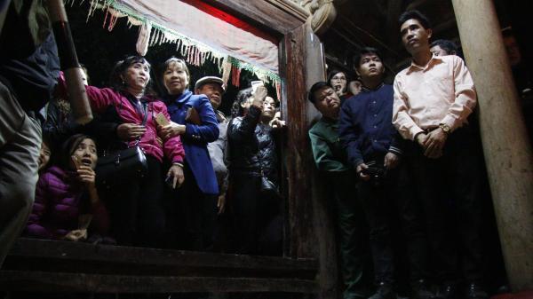 """Lễ hội 'Linh tinh tình phộc': Vây kín miếu Đụ Đị xem đôi trai gái 'làm chuyện ấy'                                <span class=""""ico-photo""""></span>"""