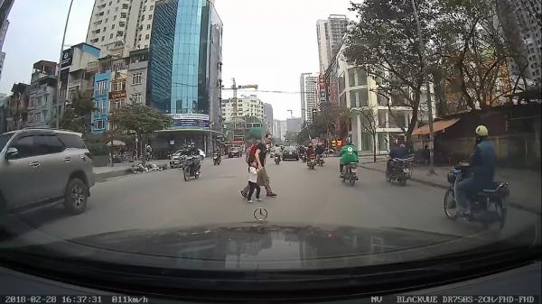 Cái cúi chào của người qua đường khiến tài xế xúc động và dân mạng cảm phục