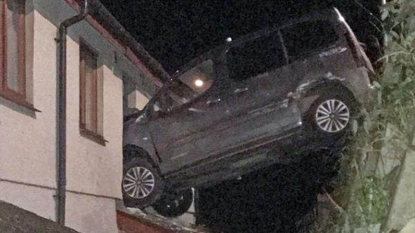 Đạp nhầm chân ga khi phanh, tài xế khiến ôtô bay khỏi mặt đất cắm đầu trên cửa sổ