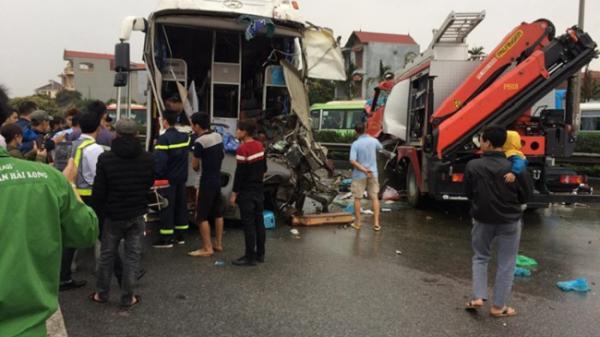 Clip: Cú va chạm kinh hoàng giữa xe khách và xe cứu hỏa ở cao tốc Pháp Vân- Cầu Giẽ