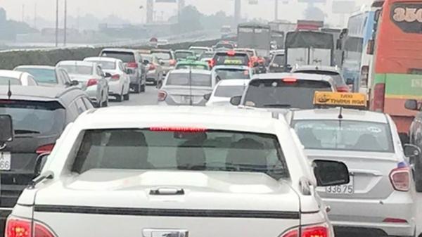 Hà Nội: Hai ô tô va chạm, cao tốc Pháp Vân – Cầu Giẽ lại ùn tắc