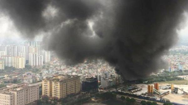 Hà Nội: Đang cháy rất lớn ở chợ Quang, vẫn còn người mắc kẹt đang kêu cứu