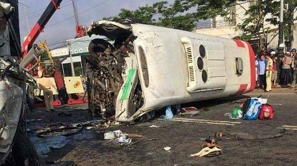 KINH HOÀNG: Xe khách đấu đầu xe tải, 11 người thương vong
