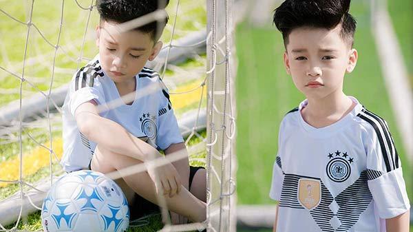 Xuất hiện trong bộ ảnh cổ vũ đội tuyển Đức, mẫu nhí Hà thành khiến fan bóng đá cũng phát cuồng