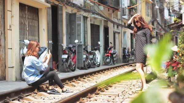 Học khách Tây 'sống ảo' đẹp ngất ngây tại xóm đường tàu ở Hà Nội