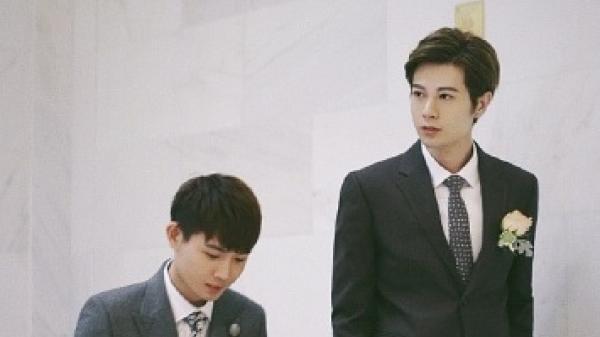 Cặp đồng tính nổi tiếng Denny Hàn và Tiểu Huy khiến fan mê mẩn với bộ ảnh ngọt ngào sau 2 năm cưới