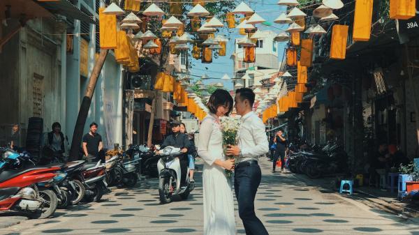 Phố cổ Hà Nội 'thay áo mới' thu hút hàng nghìn du khách tới tham quan