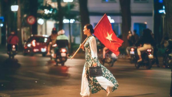 """Câu chuyện đầy cảm xúc phía sau hình ảnh NSƯT Chiều Xuân diện áo dài, vác cờ """"đi bão"""" đang hot nhất MXH"""