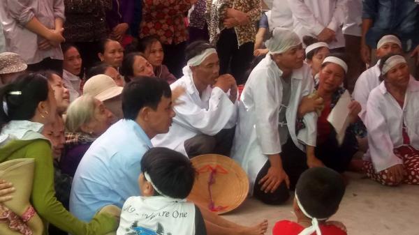 Mẹ trẻ ôm con nhảy cầu: Bà ngoại ngất lịm trong đám tang