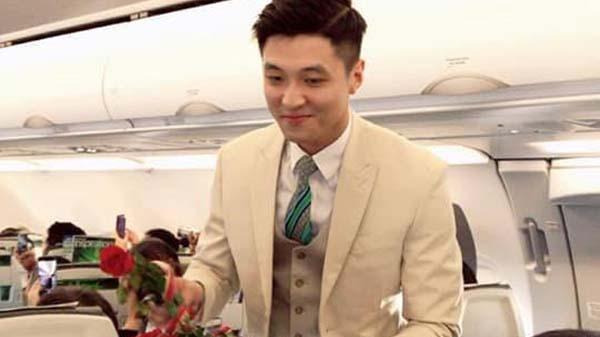 Nam tiếp viên hàng không đẹp trai bị hành khách chụp lén trên máy bay