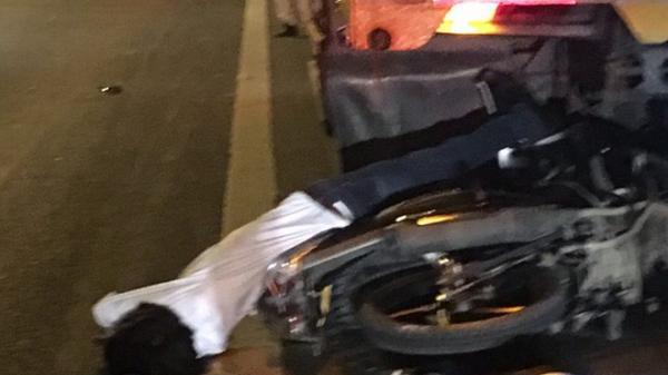 Tông vào xe tải nổ lốp dừng trên cầu, nam thanh niên trẻ tử vong tại chỗ