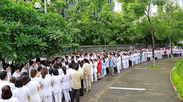 Xúc động hình ảnh hàng trăm người ngậm ngùi chia tay Viện trưởng, Viện huyết học - truyền máu TW về hưu