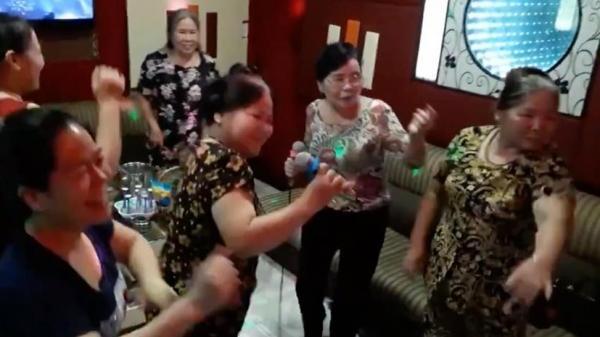"""Cư dân mạng điên đảo trước clip quẩy tới bến của """"hội bạn già U70"""" trên nền nhạc """"60 năm cuộc đời"""" remix"""