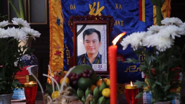 Nước mắt không ngừng rơi trong lễ tang phóng viên Đinh Hữu Dư tại quê nhà