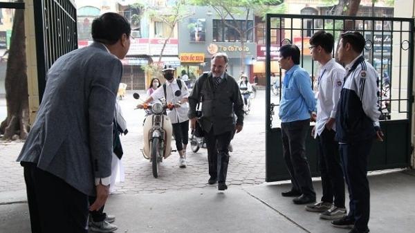 Hà Nội: Có một thầy hiệu trưởng như thế, đều đặn sáng-chiều đứng ở cổng trường đón-chào học sinh!