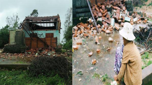 Bức ảnh khiến nhiều người xót xa: Cụ bà neo đơn ngồi thất thần trước căn nhà bị đổ sập sau cơn bão số 12