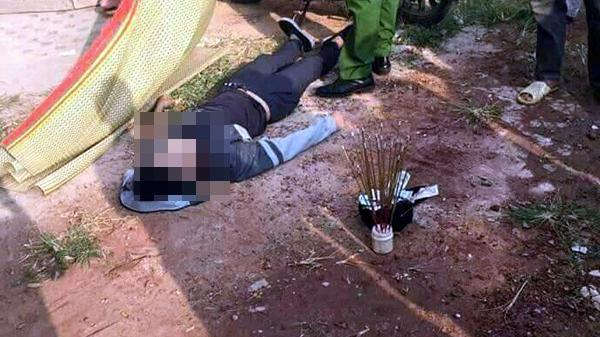 Người dân hốt hoảng phát hiện nam thanh niên tử vong trên xe máy