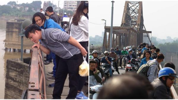 Hà Nội: Người dân hiếu kì dừng lại xem người nhái lặn vớt bom ở cầu Long Biên