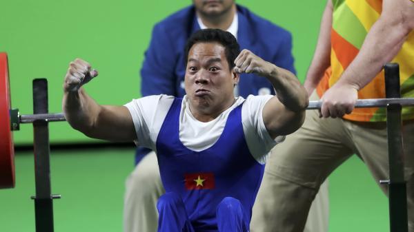 NÓNG: Lê Văn Công đả bại nhà vô địch thế giới, lập kỷ lục vô tiền khoáng hậu